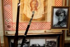 На стенде – портрет вице-унтер-офицера Г.К.Жукова (1916 г.) и знамя российской армии с изображением лика Христа и надписью «С нами Бог».