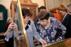 Васина Н.Е. и Борзенко В.А. с интересом знакомятся с музейными экспонатами.
