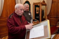 Бурцев А.С. внимательно изучает документы, представленные в музее.