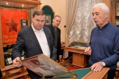 На переднем плане: Карпов А.И. просматривает исторические материалы о жизни Г.К.Жукова.
