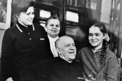 Г.К.Жуков с семьей. Сосновка, 1969 год. На снимке (слева-направо): жена Галина Александровна, её мать Клавдия Евгеньевна, Георгий Константинович, дочь Мария.