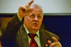Роянов Н.И. делится с ветеранами предложениями по подготовке материалов для книги об истории политотдела.