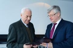 Богданов А.В. вручает Морозову А.В. альбом с фотографиями в память о путешествии на теплоходе в сентябре 2015 года.