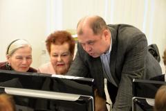 П.Н.Ланцов (разработчик нашего интернет-представительства) помогает Киреевой А.Б. и Харламовой В.Ф. освоить правила пользования страницей в Интернет.