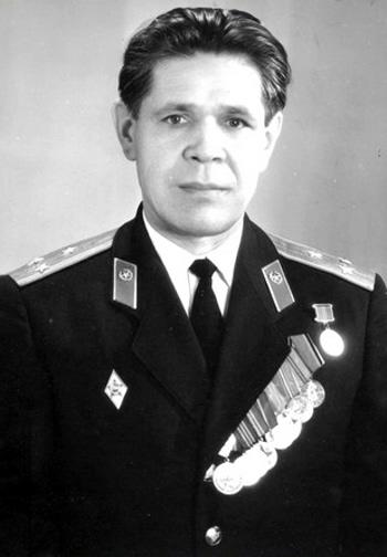 Харламов Вениамин Иванович, полковник , личный номер Д-152385, в политотделе 1981-1986 гг. 10 сентября ему исполнилось бы 80 лет.