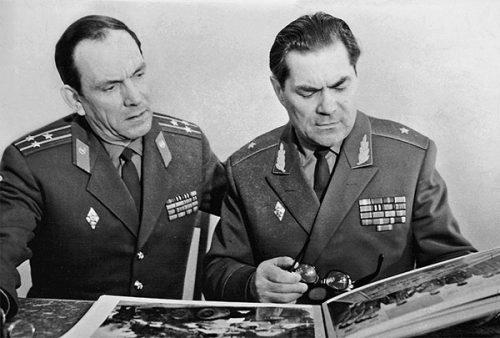 Первый начальник училища генерал-майор В.Г. Зибарев и начальник политотдела НВВПОУ полковник Б.Н. Волков 1972 г.