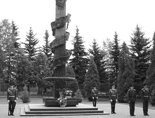 Почётный караул у памятного знака «Выпускникам-голицынцам» с именами погибших при охране и обороне государственной границы