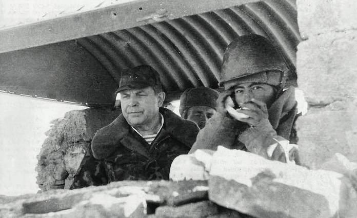 А.И. СОРОКИН наблюдает за действиями войск.