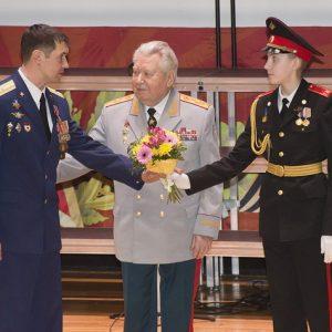 Генерал армии Виктор ЕРМАКОВ вручает награды Минобороны России. Фото Надежды ТИХОМИРОВОЙ.