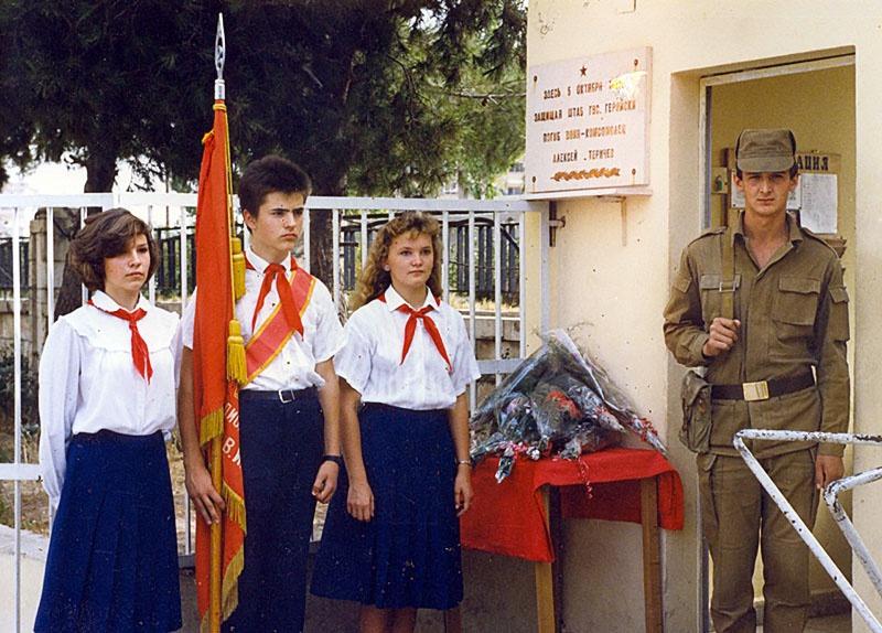 Пионеры перед КПП у которого погибли рядовой Алексей Теричев и сирийский солдат Арисман Назль.
