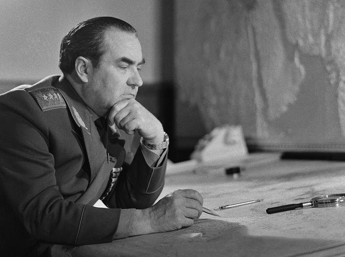 Начальник Генерального штаба Вооружённых Сил СССР генерал армии В.Г. Куликов в своём рабочем кабинете, август 1972 г. Фото ТАСС